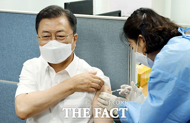 문재인 대통령이 30일 오전 서울 종로구 종로보건소에서 아스트라제네카(AZ) 코로나19 백신 2차 예방접종을 하고 있다. /뉴시스