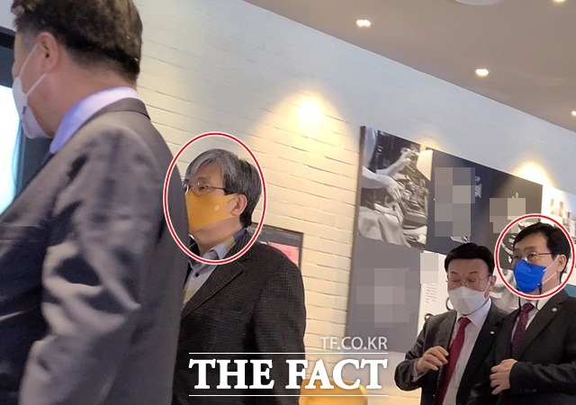 지난 3월 25일 노영민 전 대통령비서실장, 이장섭 민주당 의원 등이 카페 5인 이상 집합 금지 수칙을 위반한 사실이 <더팩트> 취재진에 포착됐다. /이철영 기자
