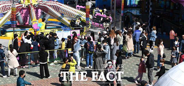 현행 사회적 거리두기 단계가 3주간 연장된 가운데 2일 오후 인천 중구의 한 놀이동산에 관광객들이 거리두기를 무시한 채 가득 모여 놀이기구를 타고 있다. /인천=임세준 기자
