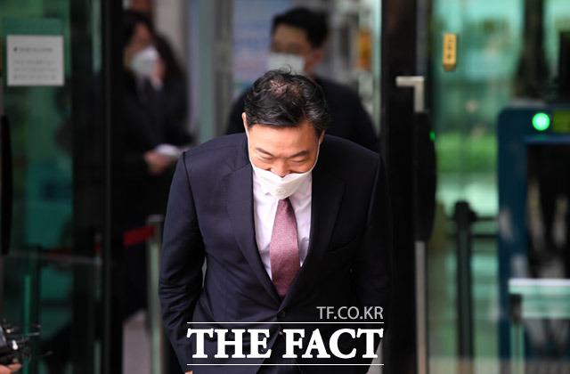 신임 검찰총장에 지명된 김오수 전 법무부 차관이 3일 오후 서울 서초구 서울고등검찰청을 나서며 인사하고 있다. /임세준 기자