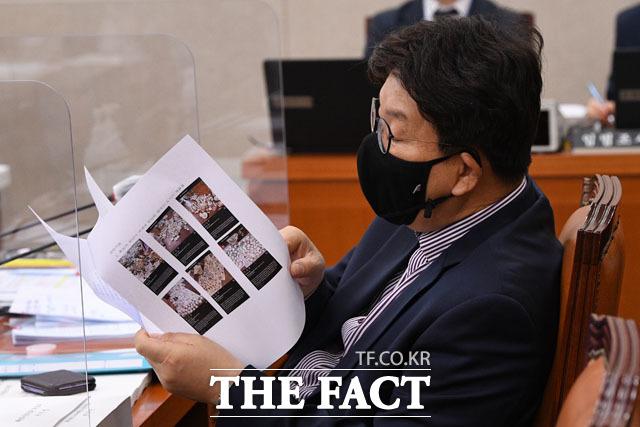 이게 다 도자기? 박준영 후보자 부인의 고가 도자기 자료 살펴보는 권성동 의원.