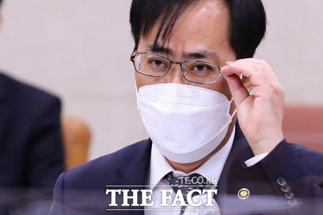 박준영 해양수산부 장관 후보자는 부인의 도자기 밀반입 의혹에 대해 거듭 사과했다. /남윤호 기자