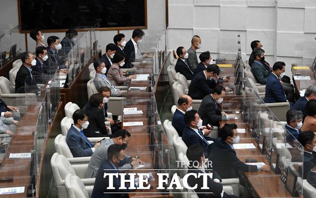 임시회 참석중인 의원들.