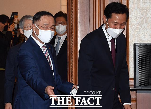 홍남기 국무총리 직무대행과 오세훈 서울시장이 회의장에 입장하고 있다.