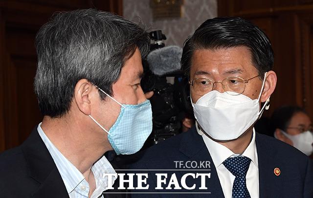 은성수 금융위원장과 이인영 통일부 장관이 대화를 나누고 있다.