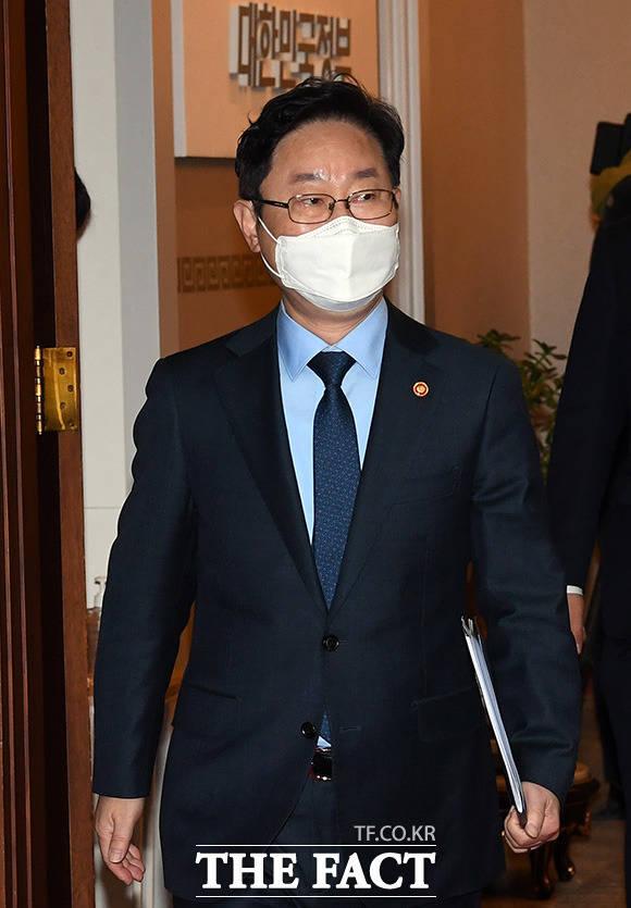 박범계 법무부 장관이 국무회의에 참석하고 있다.