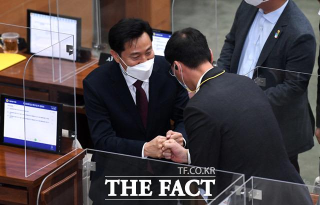 임시회 마치고 의원들과 인사하는 오세훈 서울시장.