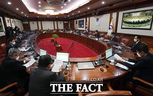 홍남기 국무총리 직무대행이 정부서울청사에서 열린 국무회의를 주재하고 있다.
