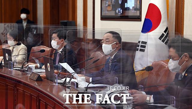 홍남기 국무총리 직무대행(왼쪽 세번째)이 4일 오전 서울 종로구 정부서울청사에서 열린 국무회의를 주재하고 있다./임영무 기자