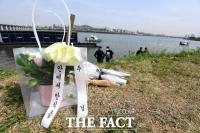 미궁에 빠진 한강 대학생 사망사건, '휴대전화 수색하는 경찰' [TF사진관]