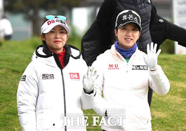 인사하는 배소현(왼쪽)과 김소이