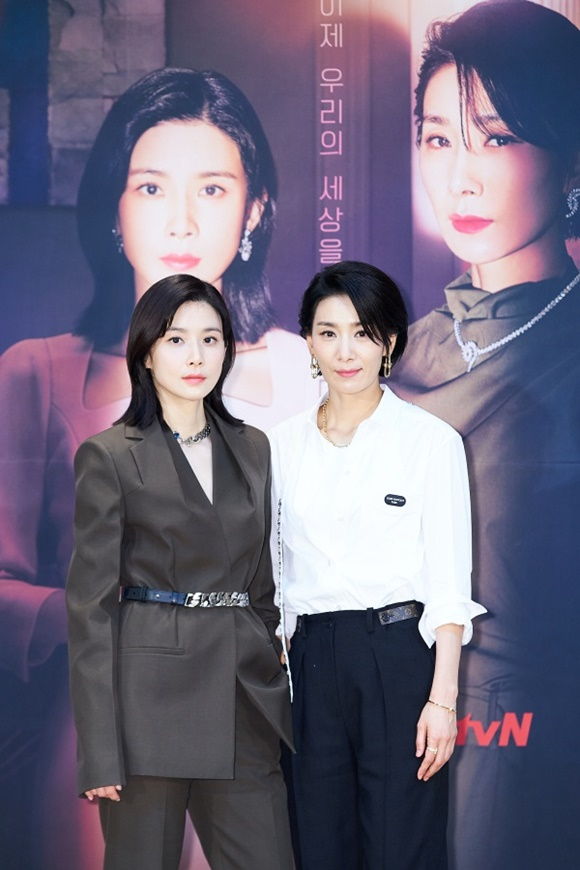 이보영(왼쪽) 김서형이 마인으로 뭉친다. 재벌가의 동서로 만난 이들은 강인한 여성들의 서사와 함께 진짜 나를 찾아 나설 전망이다. /tvN 제공