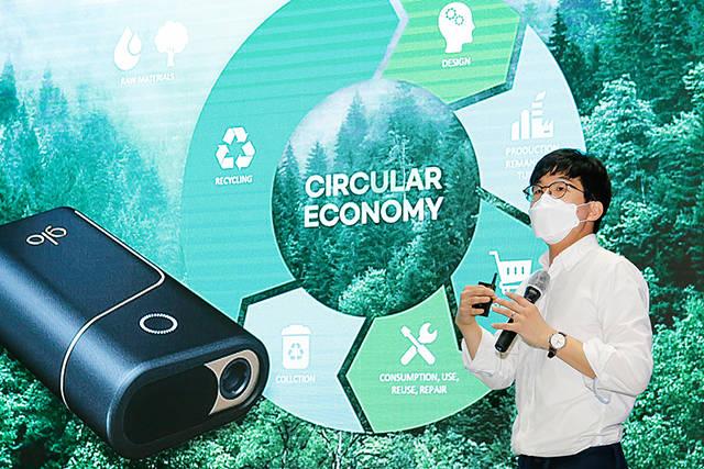 하돈준 BAT코리아 이사가 7일 서울 강남구 삼성동 코엑스에서 개최된 2021 대한민국 비대면산업 박람회(온택트 페어 2021) 컨퍼런스에 참석해 ESG(환경·사회·지배구조) 사업 운영 성과와 계획을 공개하고 있다. / 사진=BAT코리아 제공