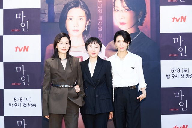 이날 제작발표회는 이보영, 이나정 감독, 김서형(왼쪽부터)이 참석한 가운데 진행됐다. /tvN 제공