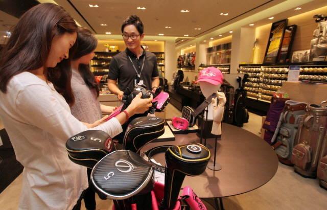 코로나19 사태로 국내 골프 시장이 반사이익을 얻으면서 골프웨어가 패션업계 새 먹거리로 떠오르고 있다. /신세계백화점 제공
