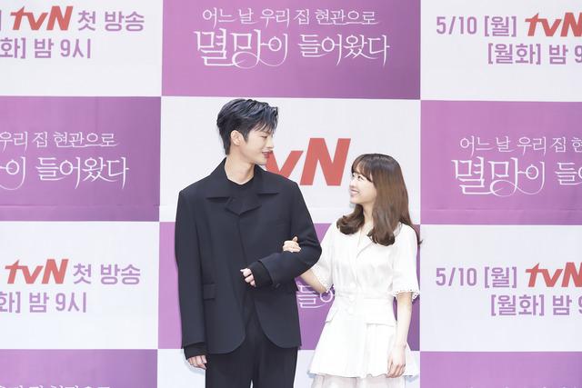 각각 3년, 2년 여 만에 안방극장에 복귀하는 서인국과 박보영이 멸망을 통해 초월 케미스트리를 예고하고 있다. /tvN 제공