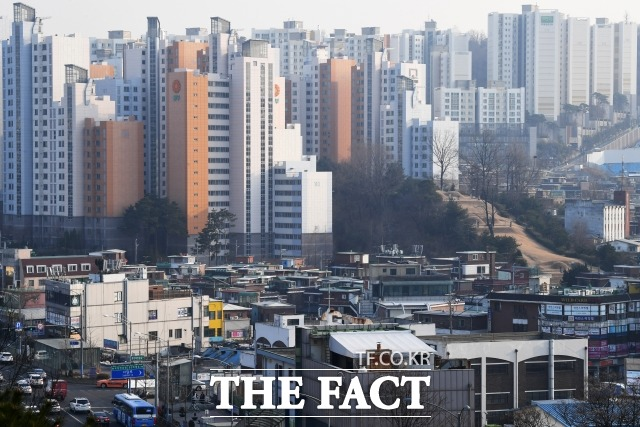 서울주택도시공사가 내달부터 공공분양아파트의 원가 공개 범위를 확대하기로 결정하면서 민간분양아파트에 미칠 영향이 주목받고 있다. 사진은 서울시내 한 주거지역 전경. /더팩트 DB
