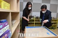 모래치료실 살피는 박범계 장관 [포토]