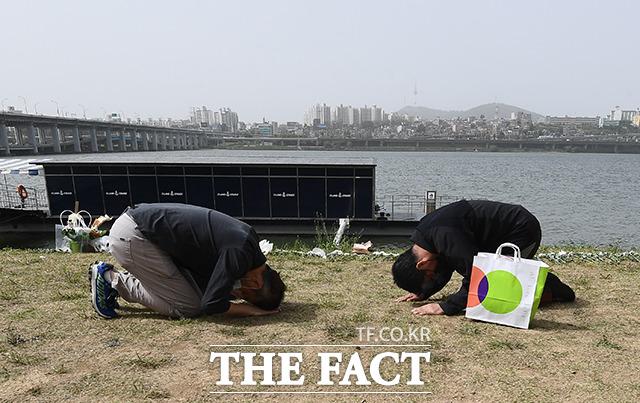 고 손정민 씨의 부친 손현 씨(왼쪽)가 어버이날인 8일 오후 서울 서초구 반포한강공원 택시승강장 앞에서 민간구조사 차종욱 씨와 인사를 나누고 있다. /이동률 기자