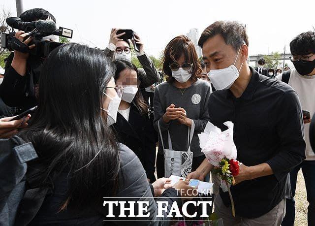 고 손정민 군의 아버지 손현 씨(오른쪽)가 어버이날인 8일 오후 서울 서초구 반포한강공원 택시승강장 앞에서 시민들에게 위로를 받고 있다. /이동률 기자