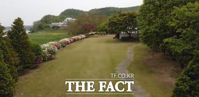 신현준의 양평 세컨하우스는 전체 500여평 중 건물이 포함된 일부 대지를 제외하고 마당 대부분이 잔디로 깔려 있다. 농지(밭)에 농작물이 아닌 잔디를 심을 경우 그 목적에 따라 농지법에 저촉될 수 있다. /양평=이승우 기자