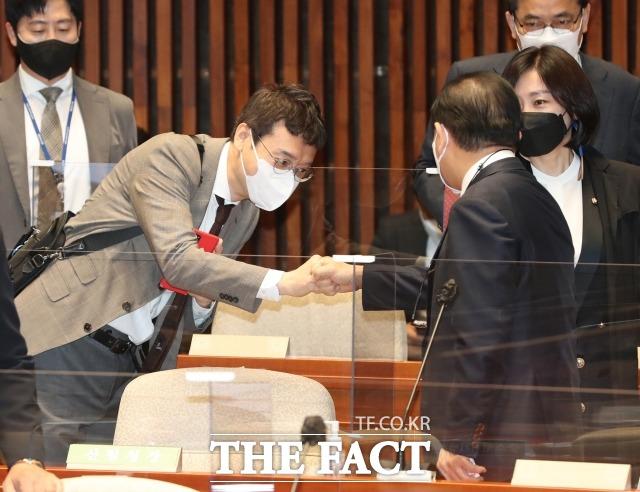 김웅 의원은 최근 홍준표 무소속 의원과 대립하며 주목도를 높이고 있다. 지난 4월 열린 국민의힘 의원총회에서 김웅 의원(왼쪽)과 태영호 의원이 인사하고 있다. /남윤호 기자