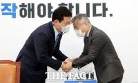 두 손잡은 송영길과 최강욱 [TF사진관]