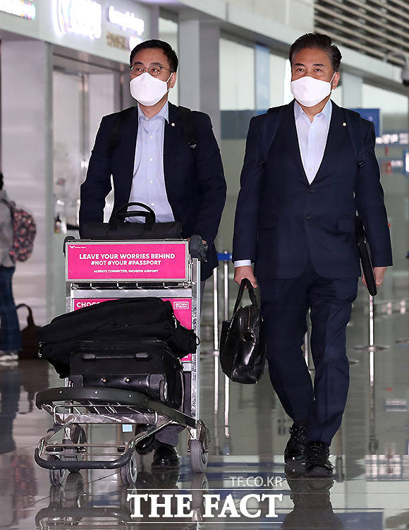 국민의힘 소속 박진(오른쪽), 최형두 의원이 12일 오전 인천국제공항 제2여객터미널을 통해 미국으로 출국하고 있다. /인천국제공항=뉴시스