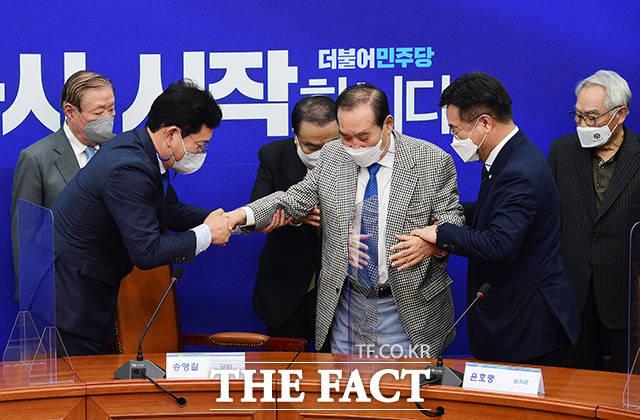 이용희 상임고문을 부축하는 송영길 더불어민주당 대표와 윤호중 원내대표