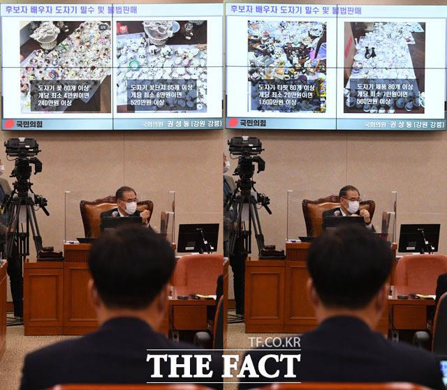 박 후보자가 인사청문회에서 도자기 불법 수입과 관련한 야당 의원의 질의를 듣고 있다. /국회=남윤호 기자