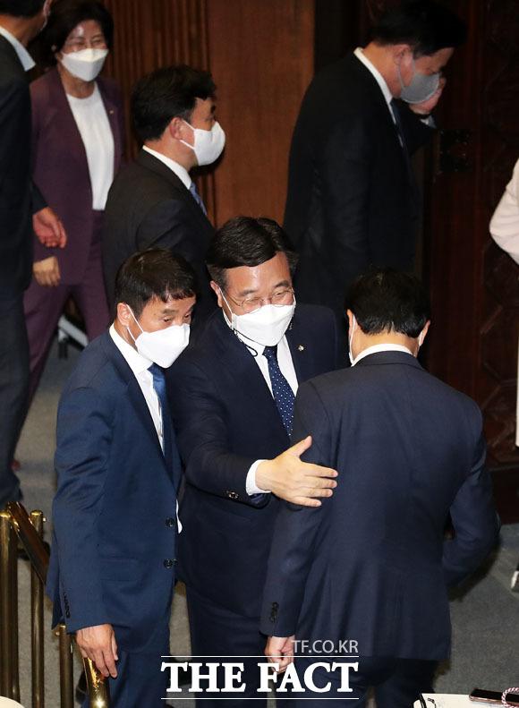 밝은 표정으로 의원들과 인사하는 윤호중 원내대표.