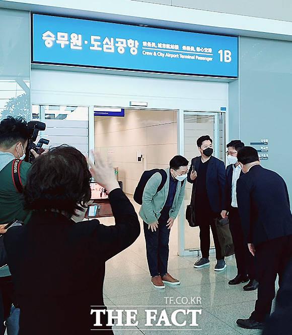 황교안 전 미래통합당 대표가 5일 인천국제공항을 통해 출국하고 있다. /황교안 전 대표 페이스북