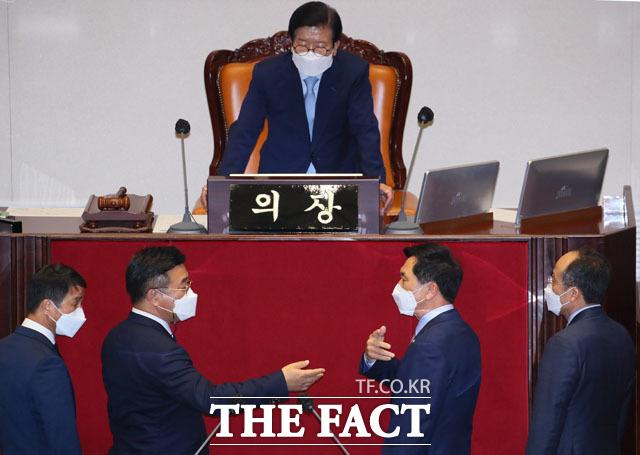 박병석 국회의장 앞에서 논쟁 벌이는 더불어민주당 윤호중, 국민의힘 김기현 원내대표.