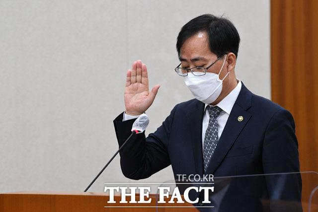 박 후보자가 5월 4일 국회에서 열린 인사청문회에 출석해 선서문을 읽고 있다. /남윤호 기자