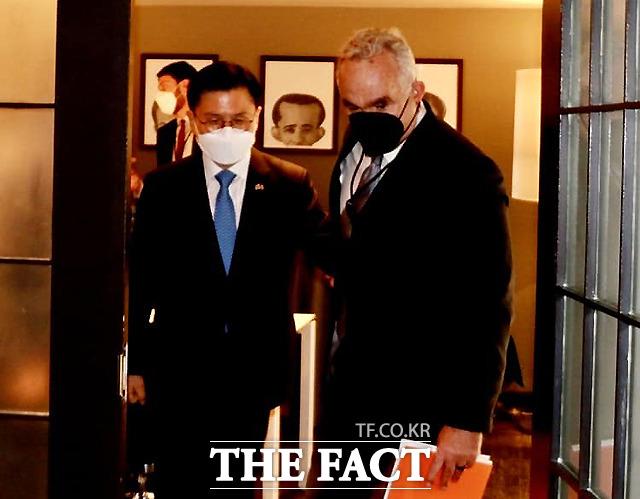방미 중인 황교안 전 미래통합당 대표가 11일(현지시간) 워싱턴DC의 한 호텔에서 커트 캠벨 백악관 국가안보회의(NSC) 인도태평양조정관을 면담한 뒤 배웅하고 있다. /황교안 전 대표 페이스북