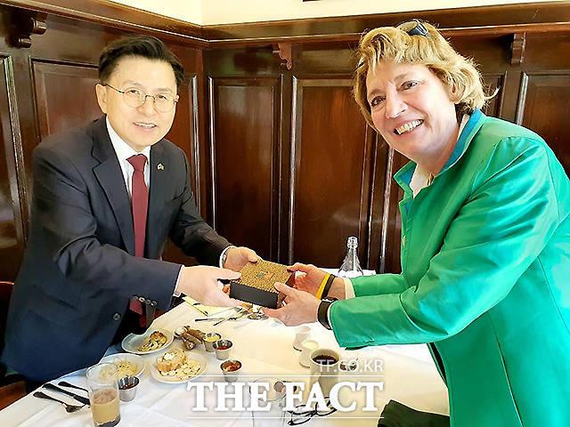 황교안 전 미래통합당 대표가 7일(현지시간) 미국 워싱턴DC에서 수잰 숄티 미국 북한자유연합 대표를 만나 선물을 교환하고 있다. /황교안 전 대표 페이스북