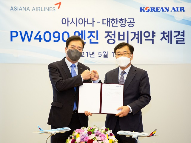 대한항공은 12일 오후 서울시 강서구 아시아나항공 본사에서 이수근 대한항공 Operation 부문 부사장(왼쪽)과 진종섭 아시아나 전략기획본부장 등 양사 관계자들이 참석한 가운데 2억6000만 달러 규모의 아시아나항공 보유 프랫앤휘트니 PW4090 엔진 22대에 대한 정비 계약을 체결했다. /대한항공 제공