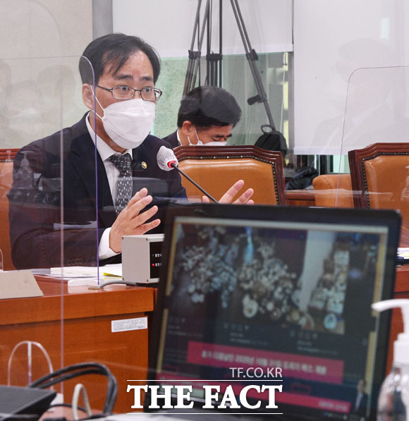 배우자의 도자기 밀수입 관련 질의에 답변하는 박 후보자. /남윤호 기자
