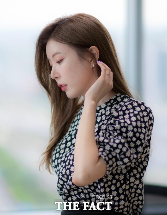 가수 장혜리가 10일 오후 서울 마포구 상암동 <더팩트> 사옥에서 인터뷰에 앞서 포즈를 취하고 있다. /이동률 기자