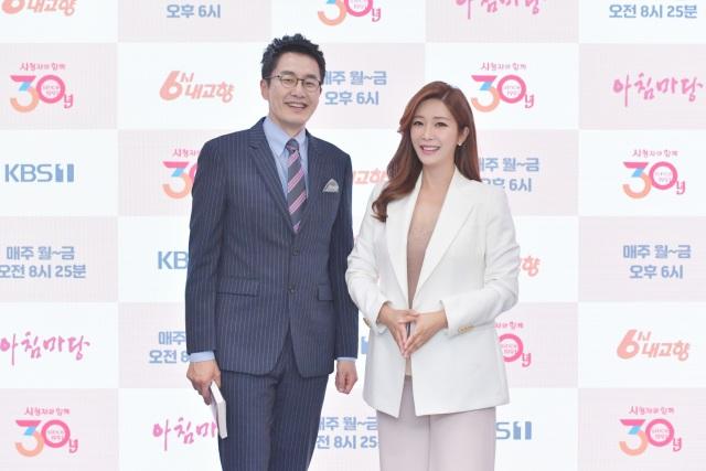 KBS1 교양프로그램 아침마당을 진행하는 아나운서 김재원(왼쪽) 이정민이 국민 MC라는 호칭은 과한 칭찬이라며 가족 같은 MC가 되겠다고 약속했다. /KBS 제공