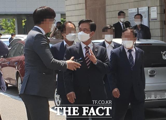 공직선거법 위반 혐의로 기소된 국민의힘 최춘식 의원이 13일 오후 1심 선고공판에 참석하기 위해 의정부지법으로 들어서고 있다. / 김성훈 기자