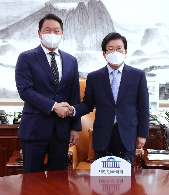 최태원 대한상의 회장이 13일 국회를 찾아 박병석 국회의장(오른쪽)과 여야 지도부를 예방했다. /대한상의 제공