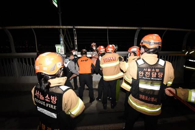 서울시 소방재난본부는 1일 새벽 한강에 투신하려던 남성을 구한 고등학생 4명에게 표창을 수여한다. /서울시 제공
