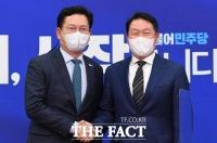 최태원 회장과 악수하는 송영길 대표 [TF사진관]