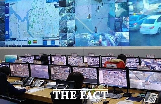 파주시는 지난 해 국비 6억 원과 시비 5억 700만원을 투입해 전국 최초로 방범 CCTV 시스템에 '소프트웨어 정의 네트워크(SDN)' 신기술을 적용한 차세대 CCTV 관제센터를 운영하고 있다./파주시 제공