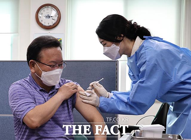 김부겸 신임 국무총리가 14일 오후 서울 종로구보건소에서 코로나19 백신을 접종받고 있다./임영무 기자