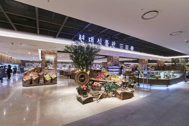 현대백화점이 지역 특산물 생산 농가와 화훼 농가 돕기에 나섰다. 사진은 현대백화점 천호점 지하1층 식품매장 전경. /현대백화점 제공