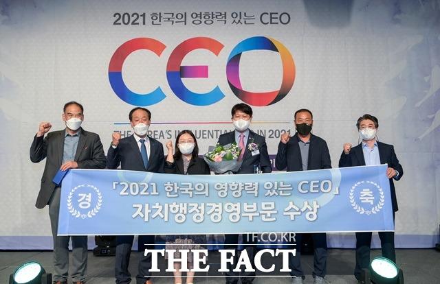 이희진 영덕군수(오른쪽에서 3번째)가 2021 한국의 영향력 있는 CEO 수상 후 함께한 영덕군 직원들과 기념사진을 찍고 있다./영덕군 제공