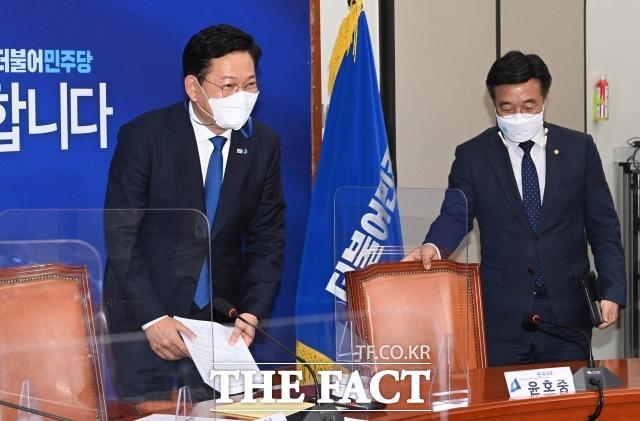 송영길(왼쪽) 더불어민주당 대표는 14일 국회에서 열린 최고위원회의에서 국회 인사청문회 제도를 능력 검증과 개인 문제를 분리하는 방안을 검토하자고 제안했다. /남윤호 기자