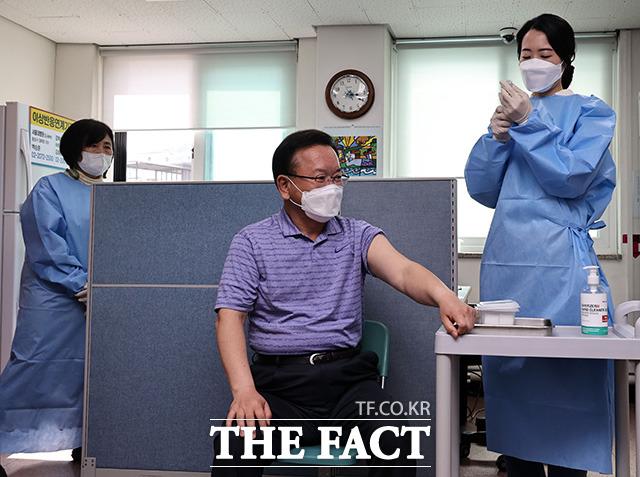 아스트라제네카(AZ) 백신접종을 기다리는 김부겸 신임 국무총리.